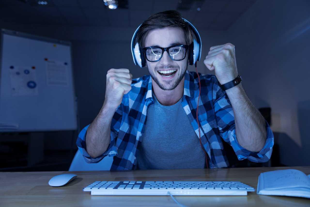Hombre feliz con su pagina web