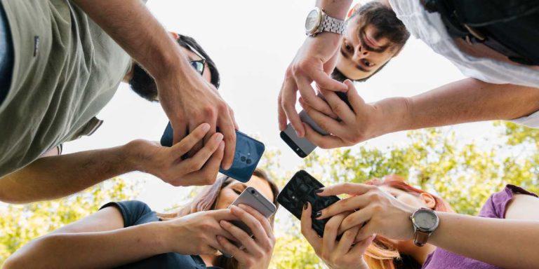 Amigos usando redes sociales