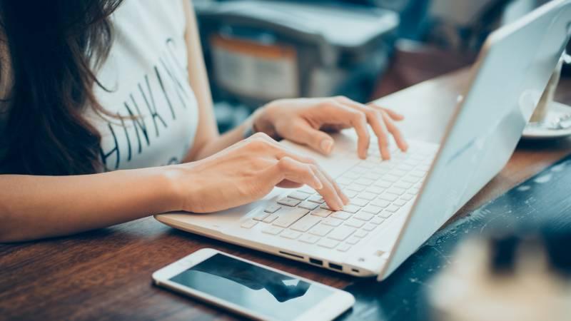 Mujer escogiendo diseños web